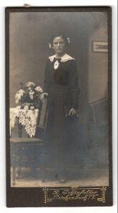 Fotografie R. Schönfelder, Reichenbach i/V, Portrait Mädchen in festlicher Kleidung