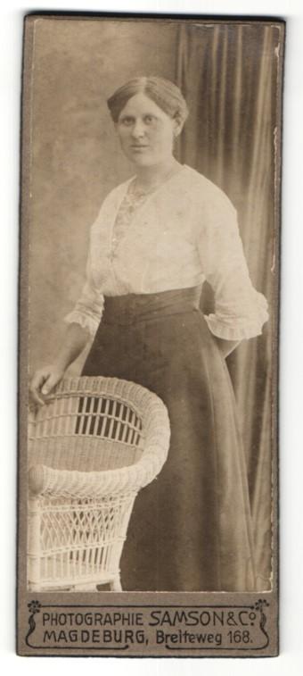Fotografie Samson & Co., Magdeburg, Portrait Dame in zeitgenöss. Kleidung