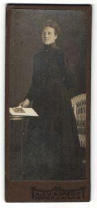 Fotografie Aug. W. Albrecht, Northeim, Portrait Dame in schwarzem Kleid