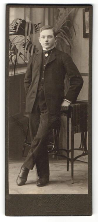 Fotografie F. Wilh. Schmidt, Langensalza, Portrait halbwüchsiger Knabe in festlichem Anzug