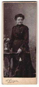 Fotografie A. Grieger, Berlin-NO & Neu-Weissensee, Portrait junge Frau in schwarzem Kleid