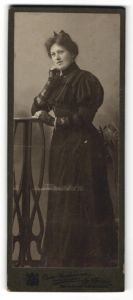Fotografie Oscar Grohmann, Briesen i/Westpr., Portrait junge Dame in schwarzem Kleid