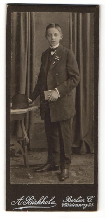 Fotografie A. Birkholz, Berlin-O, Portrait Knabe in festlichem Anzug