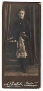 Fotografie A. Birkholz, Berlin-O, Portrait Mädchen in festlicher Kleidung