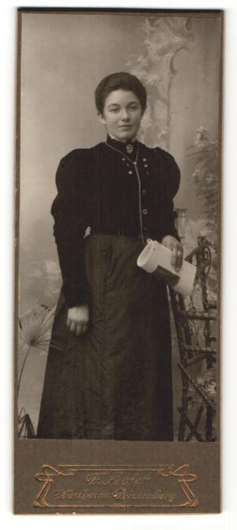 Fotografie F. Hofer, Weilheim, Portrait Dame in zeitgenöss. Kleidung