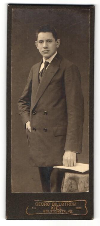 Fotografie Georg Billström, Kiel, Portrait halbwüchsiger Knabe in feierlicher Garderobe