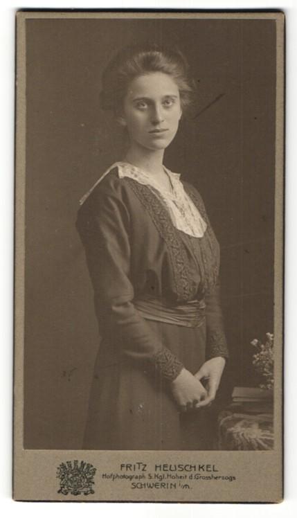 Fotografie Fritz Heuschkel, Schwerin i/M, Portrait junge Dame mit zeitgenöss. Frisur