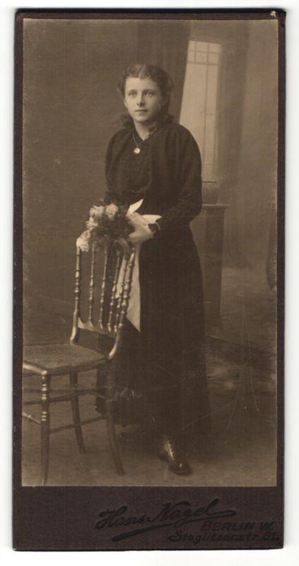 Fotografie Hans Nagel, Berlin-W, Portrait Mädchen in festlicher Kleidung