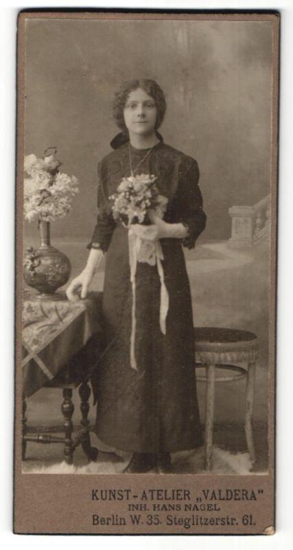 Fotografie Hans Nagel, Berlin-W, Portrait Fräulein in festlicher Kleidung