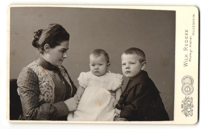 Fotografie Wilh. Redeke, Hildesheim, Portrait Mutter und zwei kleine Kinder