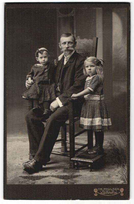 Fotografie Th. Paulsen, Kiel-G, Portrait Vater mit zwei kleinen Töchtern