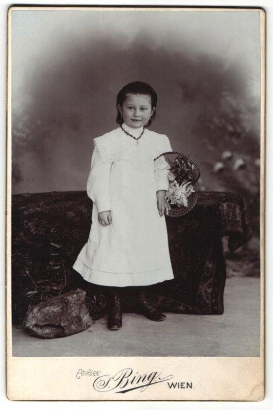 Fotografie S. Bing, Wien, Portrait kleines Mädchen mit Blumenkorb