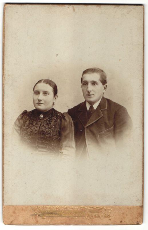 Fotografie D. F. Lübeck, Ansbach, Portrait junges Paar in zeitgenöss. Kleidung