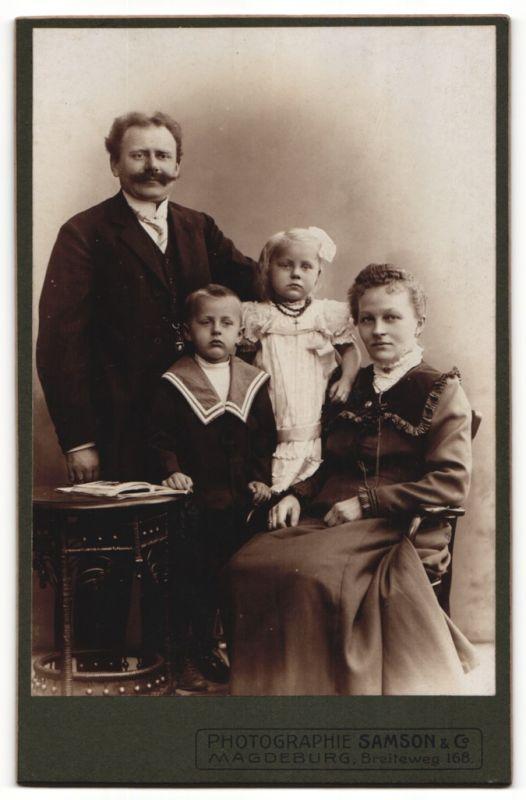 Fotografie Samson & Co., Magdeburg, Portrait bürgerliche Familie
