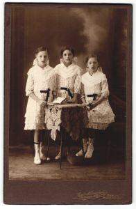 Fotografie Carl Neumann, Berlin-O, Portrait drei Mädchen in identischen Kleidern