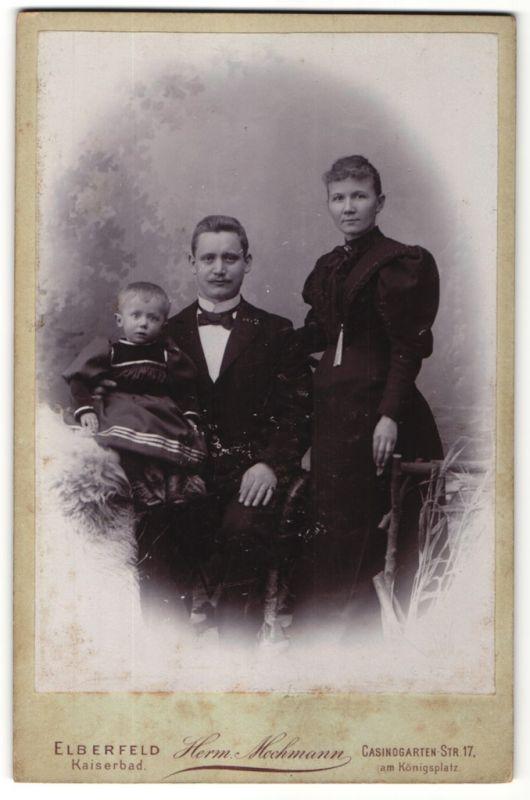 Fotografie Herm. Mochmann, Elberfeld, Portrait Familie mit Kleinkind