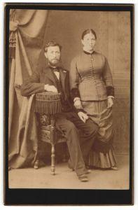 Fotografie unbekannter Fotograf und Ort, Portrait junges Paar in zeitgenöss. Kleidung
