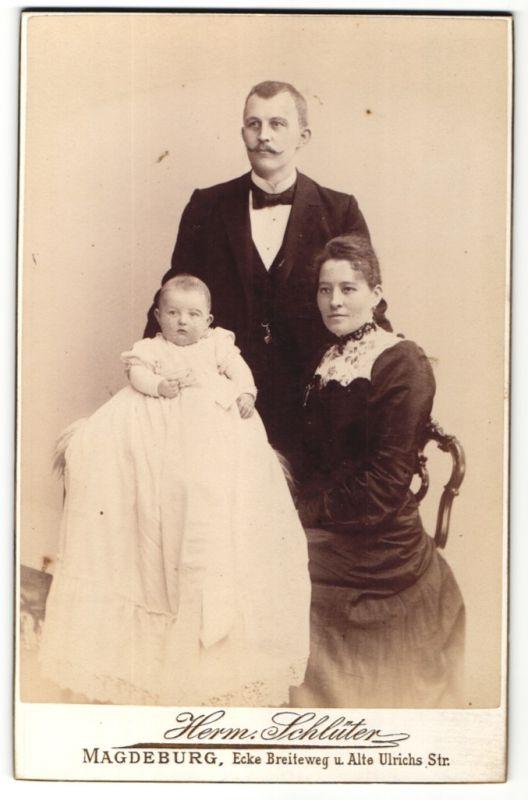 Fotografie Herm. Schlüter, Magdeburg, Portrait junge bürgerliche Familie