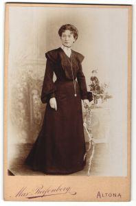 Fotografie Max Reifenberg, Hamburg-Altona, Portrait Dame in eleganter Garderobe