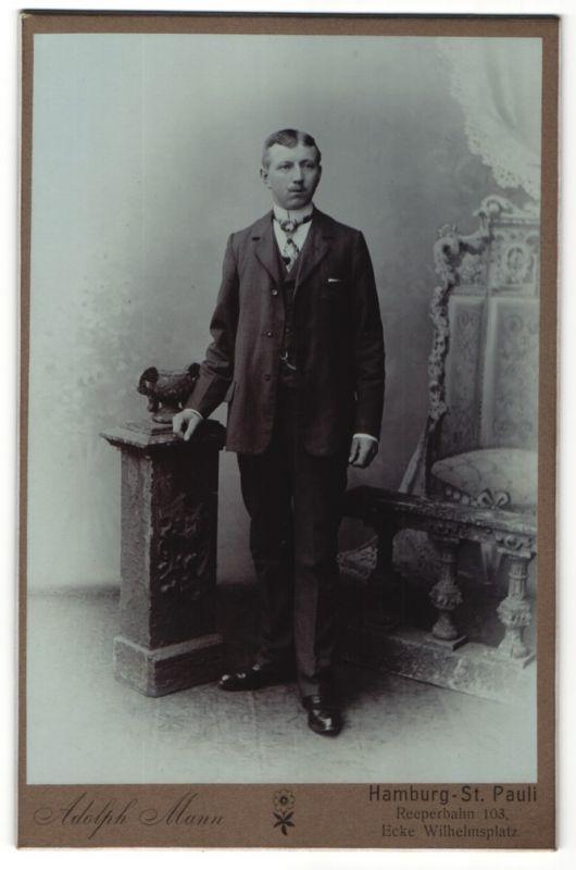 Fotografie Adolph Mann, Hamburg-St. Pauli, Portrait junger Mann in Anzug