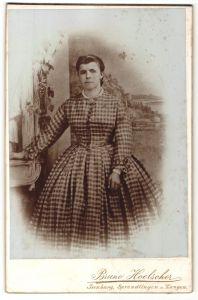 Fotografie Bruno Hoelscher, Neu-Isenburg, Sprendlingen & Langen, Portrait junge Dame in kariertem Kleid