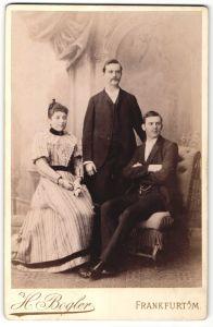 Fotografie H. Bogler, Frankfurt a/M, Portrait zwei junge Herren und junge Dame in Abendgarderobe
