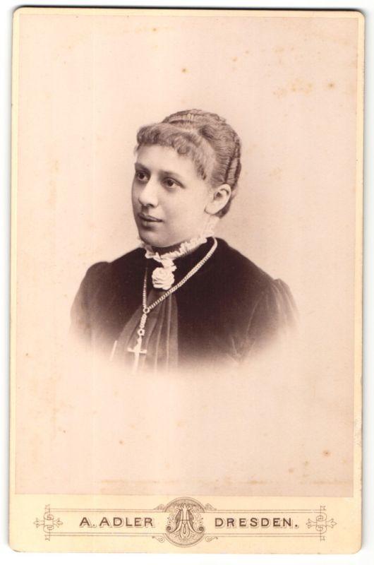 Fotografie A. Adler, Dresden, Portrait junge Frau mit zusammengebundenem Haar