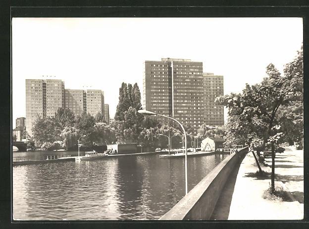 AK Berlin, Blick auf die Hochhäuser an der Fischerinsel mit Schleuse