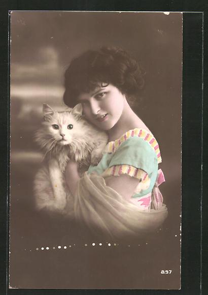 AK Junge Ffrau mit weisser Katze im Arm