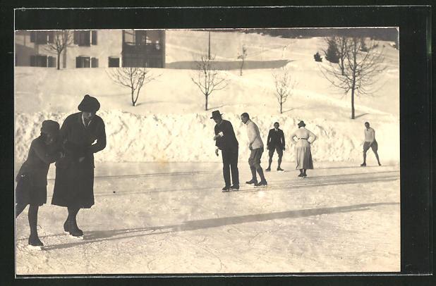 Foto-AK Männer und Frauen beim Schlittschuhlaufen auf dem zugefrorenen See