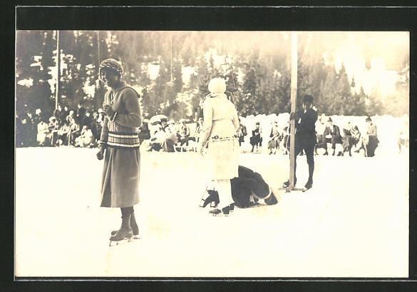 Foto-AK Frauen beim Schlittschuhlaufen auf dem zugefrorenen See