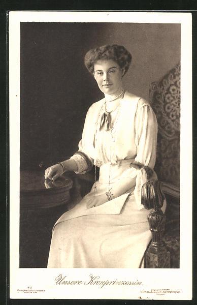 AK Portrait Kronprinzessin Cecilie an einem Tisch sitzend