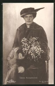 AK Kronprinzessin Cecilie in Pelzmantel mit Blumenstrauss sitzt im Sessel