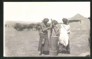 AK afrikanische Frauen stehen an einem Stamm, Volkstypen