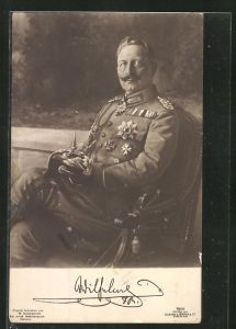 AK Kaiser Wilhelm II. in Uniform mit Pickelhaube im Sitzen