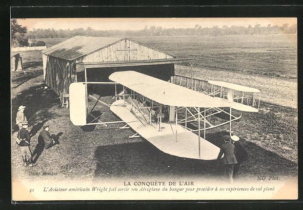AK Flugpionier Wright und Helfer bringen sein Doppeldecker-Flugzeug in die Halle