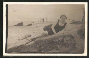 Foto-AK Dame liegt im Badeanzug am Strand, Bademode