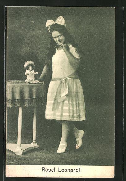 AK Variete-Künstlerin Rösel Leonardi mit grosser Schleife im Haar und Puppe