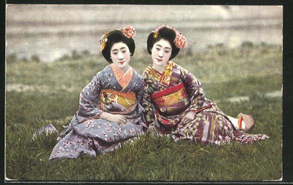 AK zwei Japanerinnen in Kimonos auf Wiese, Geishas