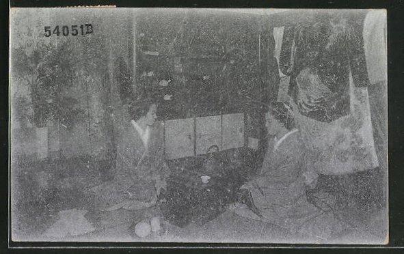 AK zwei Japanerinnen in Wohnung, Geishas