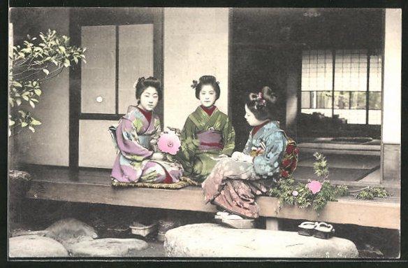 AK Drei junge Japanerinnen in Kimonos, Geishas