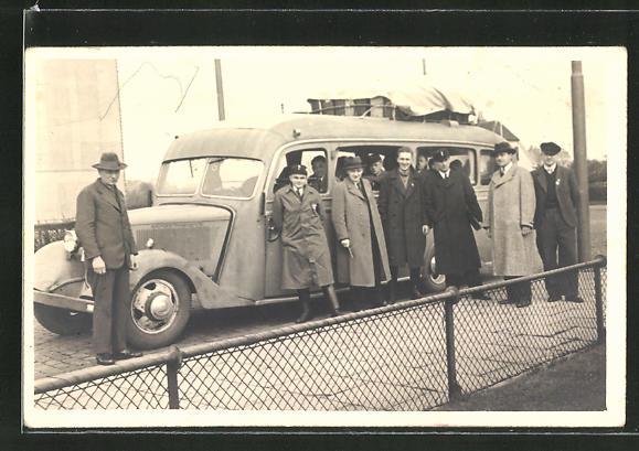 Foto-AK Reisegesellschaft vor ihrem Bus