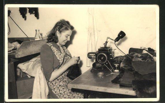 Foto-AK Frau arbeitet an der Nähmaschine