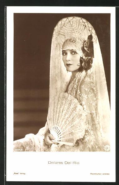 AK Schauspielerin Dolores Del Rio mit Fächer und elegantem Kostüm