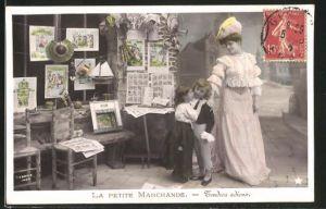 AK La petite Marchande, Mutter mit Kindern und Bildern
