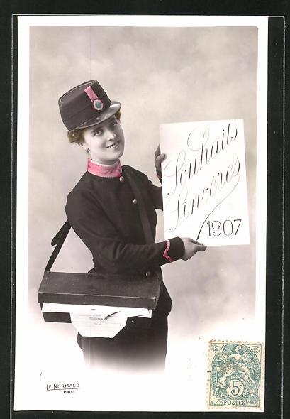 AK Briefträgerin mit Schild
