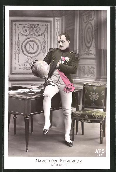AK Napoléon Empereur, Rêvere, Darsteller mit Globus