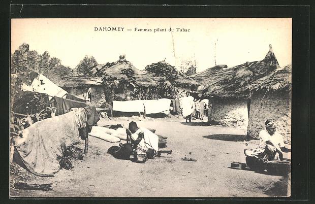 AK Dahomey, Femmes pilant du Tabac
