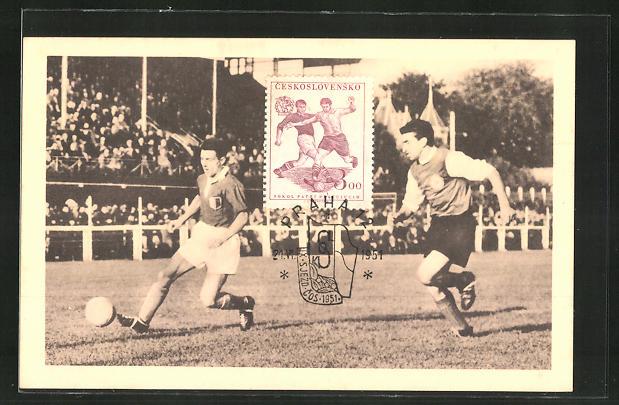 AK zwei Männer spielen Fussball in einem Stadion