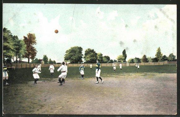 AK Männer beim Fussballspielen schauen in den Himmel nach dem Ball